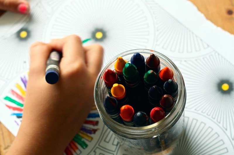 Cómo aprender jugando con sellos para niños marcando la ropa