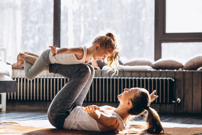Pasa tiempo en casa con los niños haciendo ejercicio